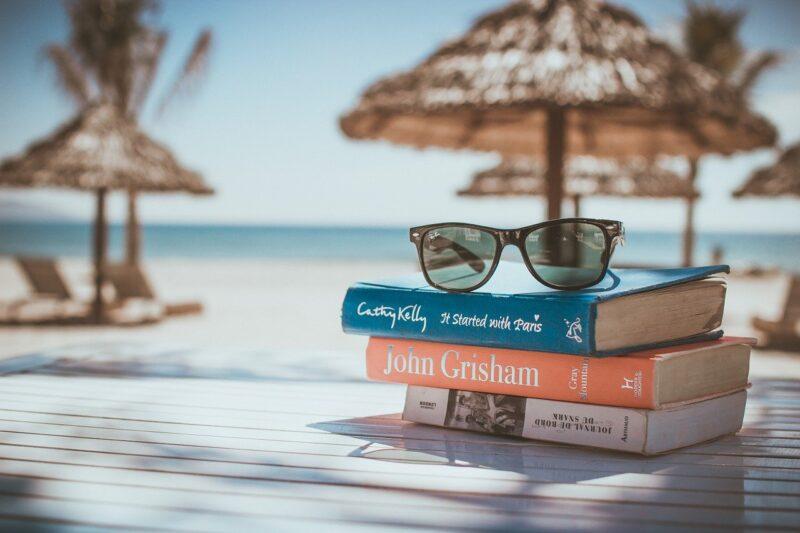 ビーチに置かれた本と眼鏡